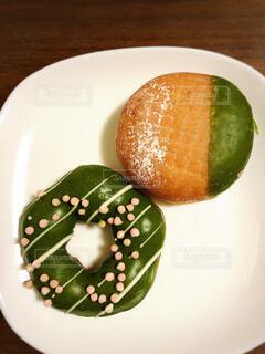 食べ物の皿をテーブルの上に置くの写真・画像素材[4254818]