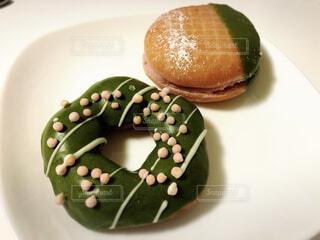 皿の上にチョコレートドーナツの写真・画像素材[4254817]