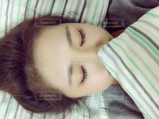 ベッドの上で横になっている男の子の写真・画像素材[919558]