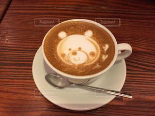 木製テーブルの上のコーヒー カップの写真・画像素材[923135]