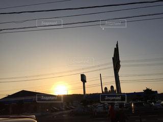 街に沈む夕日の写真・画像素材[1070346]