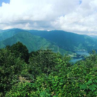 背景の大きな山のビューの写真・画像素材[769613]