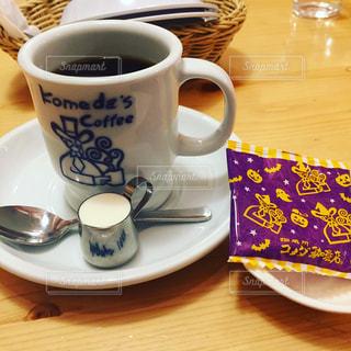 テーブルの上のコーヒー カップの写真・画像素材[799431]