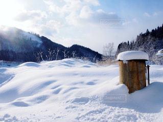雪に覆われた山の写真・画像素材[915239]