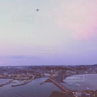 飛行機が見えるキャンドルタワーの写真・画像素材[1155722]