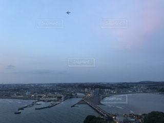 飛行機が見えるキャンドルタワーの写真・画像素材[1155724]