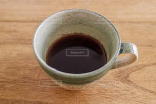 木製テーブルの上のコーヒー カップ - No.755713