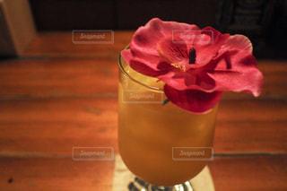 テーブルの上に座っての花で一杯の花瓶の写真・画像素材[755716]