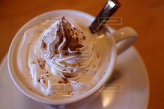 一杯のコーヒーと皿の上のフォーク - No.755717