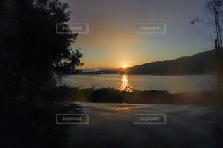 海と山の向こうから登る太陽を温泉からの写真・画像素材[1007184]