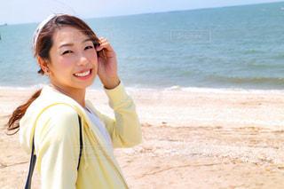 ビーチに立っている人の写真・画像素材[1103905]