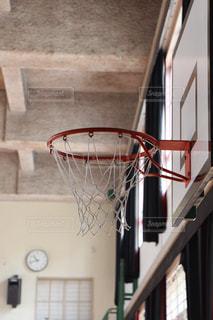 体育館の中にあるバスケットボールのゴールの写真・画像素材[1314581]