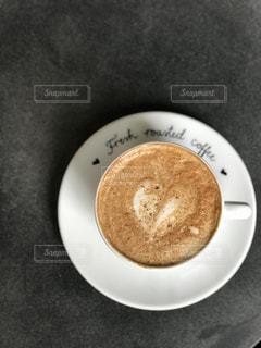 ハート型のラテアートが施されたコーヒーの写真・画像素材[1385594]