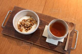 グラノーラトッピングヨーグルトとほうじ茶の写真・画像素材[1393610]