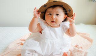 ベッドの上に座っている赤ちゃんの写真・画像素材[881316]