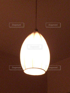 近くに暗い部屋で電球のアップの写真・画像素材[1081486]