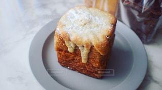 皿の上のパンの写真・画像素材[2504530]