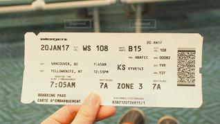 航空券を持つ人の写真・画像素材[2816870]