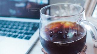 パソコンとアイスコーヒーの写真・画像素材[3355498]