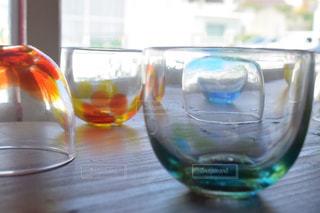 テーブルにグラスの写真・画像素材[1268958]