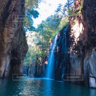 いくつかの水の上の大きな滝の写真・画像素材[1038151]