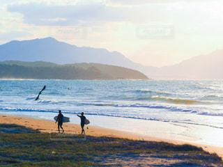浜辺を歩いている人々 のカップルの写真・画像素材[1038152]
