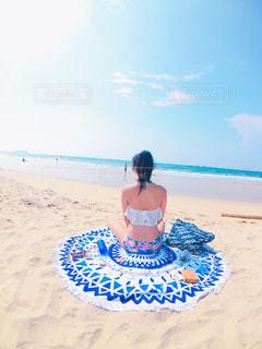 ビーチに座っている女性の写真・画像素材[1038153]