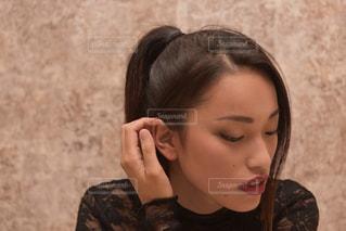 携帯電話で通話中の女性の写真・画像素材[1038169]