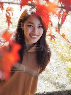 カメラの笑みを浮かべて女性の写真・画像素材[1038171]