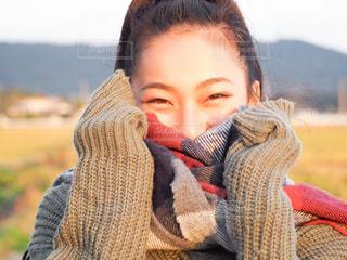赤いセーターを着た少女の写真・画像素材[1038173]