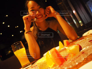 食事のテーブルに座っている女性 - No.1038190