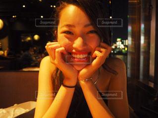 レストランのテーブルに座っている女性の写真・画像素材[1038191]