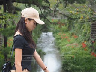 川の横に立っている女性 - No.1038195