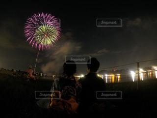 空に花火のグループの写真・画像素材[1370419]