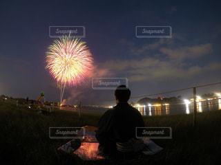 空に花火を持つ男の写真・画像素材[1370421]