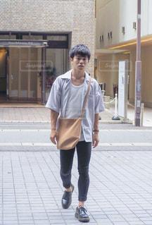 歩道に立っている人の写真・画像素材[1391645]