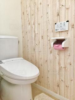 木製の扉付きのバスルーム - No.707223