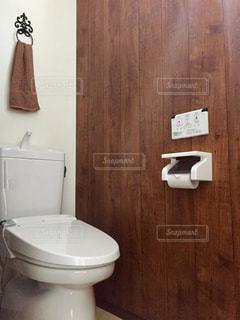 バスルームに座っている白いトイレの写真・画像素材[707225]