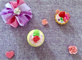 テーブルの上のピンクの花のグループ - No.813115