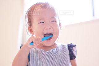 口の中に歯ブラシで歯を磨く人 - No.848779