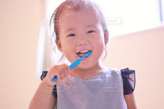 彼女の口に歯ブラシで彼女の歯を磨く女性 - No.848780