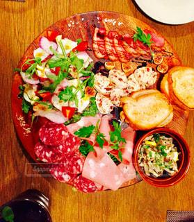 ハムサラダ木製テーブルの上の食事の写真・画像素材[854573]