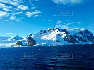 背景の山と水の大きな体の写真・画像素材[1152545]