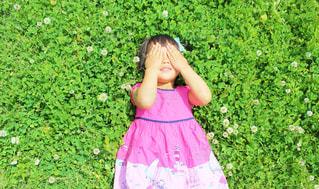 ピンクのドレスを着ている少女の写真・画像素材[1213722]