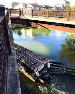 橋の下を通る屋形舟の写真・画像素材[1604525]
