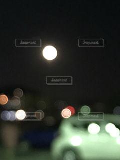 夜空にぽっかり大きな月の写真・画像素材[1640383]