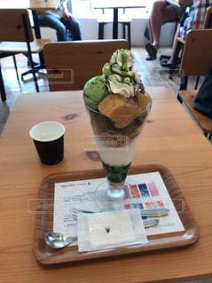 木製テーブルの上のビールのグラスの写真・画像素材[762814]