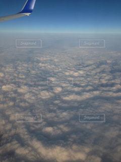 高空を飛んでいる飛行機の写真・画像素材[762909]