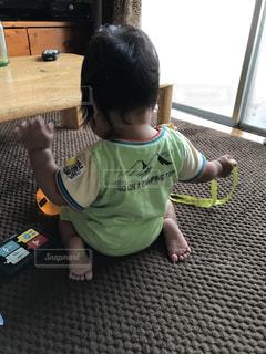 テーブルに座っている小さな子供の写真・画像素材[797269]