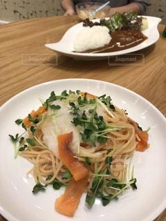 テーブルの上に食べ物のプレート - No.896968